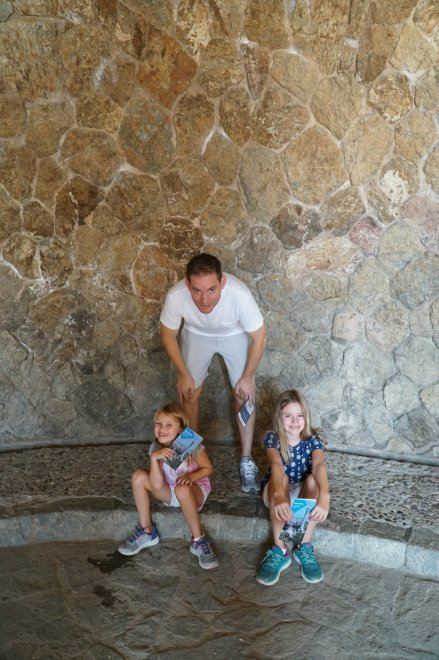 park-guell-girls-gaudi-